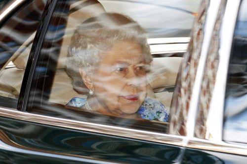 Rainha indo embora levando um pratinho de salgados