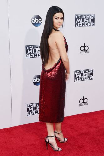 selena-gomez-ama-fashion-red-carpet-2015-back-h724
