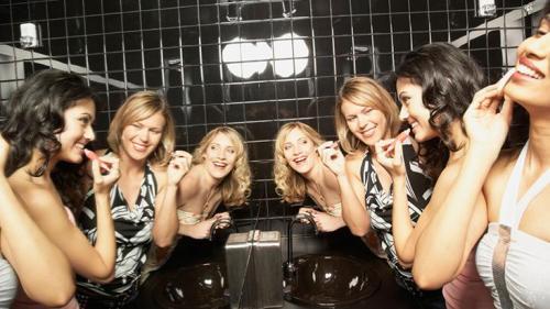 CA-comportamento-mulheres-juntas-banheiro-D-732x412