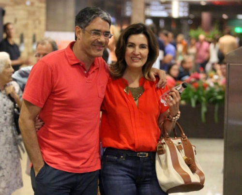 Fatima Bernardes foi ao cinema com o marido no shopping Rio Design Barra